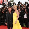 "Charlize Theron et  Sean Penn - Montée des marches du film ""Mad Max : Fury Road"" lors du 68 ème Festival International du Film de Cannes, à Cannes le 14 mai 2015."
