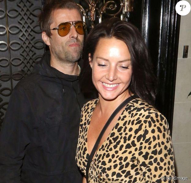 """Liam Gallagher et Debbie Gwyther avec un ami à la sortie du restaurant """"Scott's"""" à Londres, le 8 août 2018."""