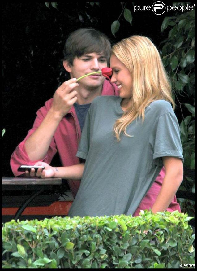 Jessica Alba et Ashton Kutcher sur le tournage de Valentine's Day (1er septembre 2009, Los Angeles)
