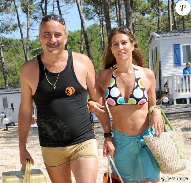 """Antoine Duléry et Mathilde Seigner - Tournage du film """"Camping 2"""" en 2009."""