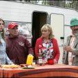 "Mathilde Seigner, Claude Brasseur, Mylène Demongeot et Antoine Duléry sur le tournage du film ""Camping"" en Gironde, en 2005."
