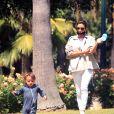 Exclusif - Eva Longoria et son fils Santiago profitent d'un après-midi ensoleillé dans un parc de Los Angeles, le 14 juin 2020. L'actrice de 45 ans porte un masque de protection contre le coronavirus (Covid-19).