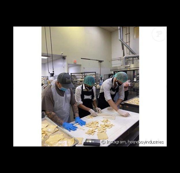 Meghan Markle et le prince Harry en cuisine pour l'association californienne Homeboy Industries, le 23 juin 2020.
