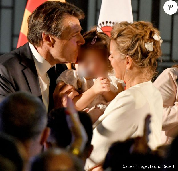 Christian Estrosi, élu avec 59,31 % des voix, fait une déclaration devant l'hôtel de ville de Nice entouré par sa femme Laura et leur fille Bianca le soir des résultats du second tour des élections municipales le 28 juin 2020. © Bruno Bebert / Bestimage