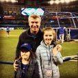 Dan O'Toole, animateur sportif canadien, a annoncé le 2 juillet 2020 que sa fille Oakland, âgée de seulement 1 mois, a été enlevée. Il pose ici avec ses deux autres filles, le 28 avril 2018.