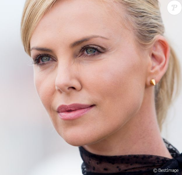 "Charlize Theron - Photocall du film ""Mad Max: Fury Road"" lors du 68e festival international du film de Cannes le 14 mai 2015."