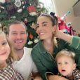 Armie Hammer et Elizabeth Chambers avec leurs enfants Harper et Ford à Noël 2019, photo Instagram. L'acteur américain et la présentatrice télé britannique ont annoncé en juillet 2020 leur séparation, après dix ans de mariage.