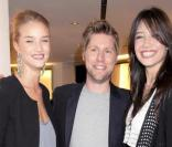 Rosie Huntington, Christopher Bailey et Daisy Lowe à la nuit de la mode à Londres le 10/10/09