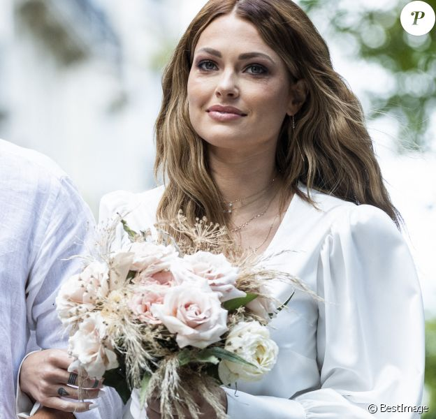 Caroline Receveur - Caroline Receveur et Hugo Philip arrivent à la Mairie du 16ème arrondissement à Paris pour leur mariage, le 11 juillet 2020.