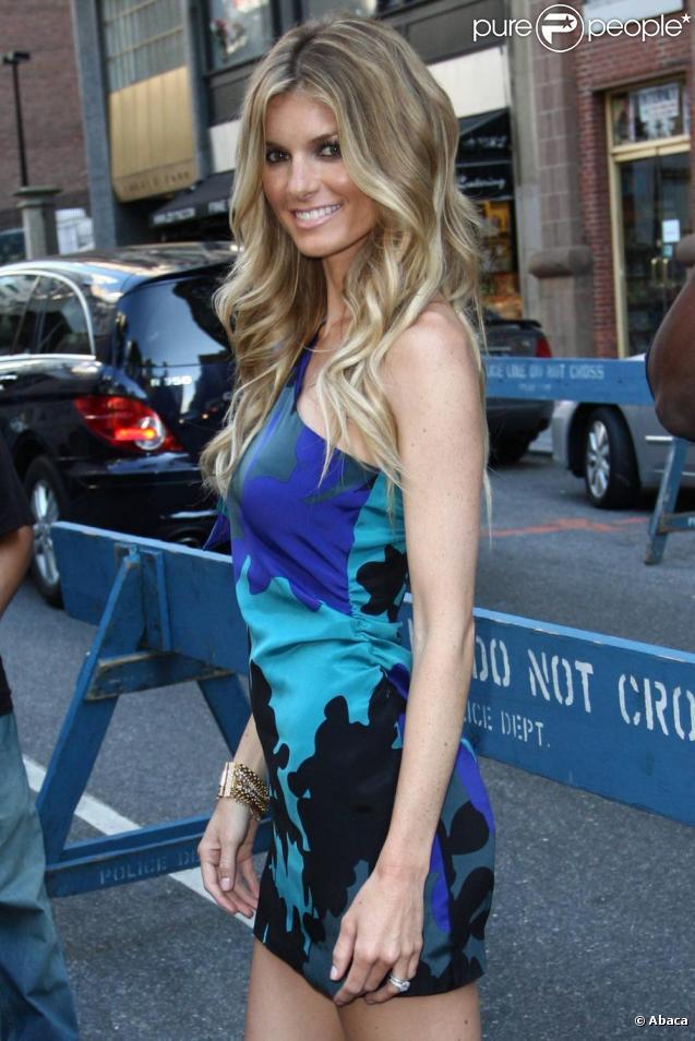 Marisa Miller superbe en bleu lors de la fashion week à New York le 13/09/09