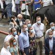 La reine Letizia et le roi Felipe VI d'Espagne au marché au bétail de Torrelavega lors de leur visite en Cantabrie, dans le nord du pays, le 29 juillet 2020, avant-dernière étape de leur tournée des dix-sept communautés autonomes espagnoles dans le cadre du déconfinement.