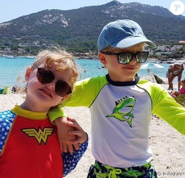 La princesse Gabriella et le prince Jacques de Monaco à la plage, photo partagée sur Instagram par la princesse Charlene le 31 juillet 2020.