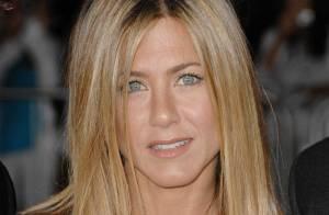 Jennifer Aniston dans une robe courte et transparente... est juste... un avion de chasse  ! Regardez !