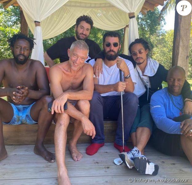 Mouloud Achour entouré de Vincent Cassel, Ladj Ly, Kim Chapiron, Oxmo Puccino et Romain Gavras pour son anniversaire - Instagram, 7 août 2020