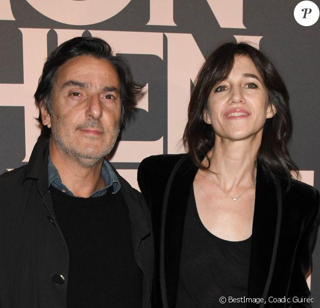 """Yvan Attal et sa compagne Charlotte Gainsbourg - Avant-première du film """"Mon chien stupide"""" au cinéma UGC Normandie à Paris, le 22 octobre 2019. © Coadic Guirec/Bestimage"""