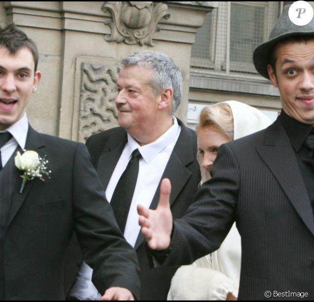 Raphael et Stéphane Carlier au mariage de leur père et Joséphine Dard, à la mairie du 18e arrondissement.