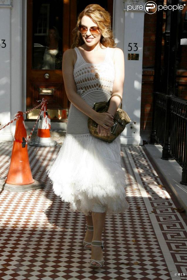 Kylie Minogue dans les rues de Londres se promène... presque toute nue !
