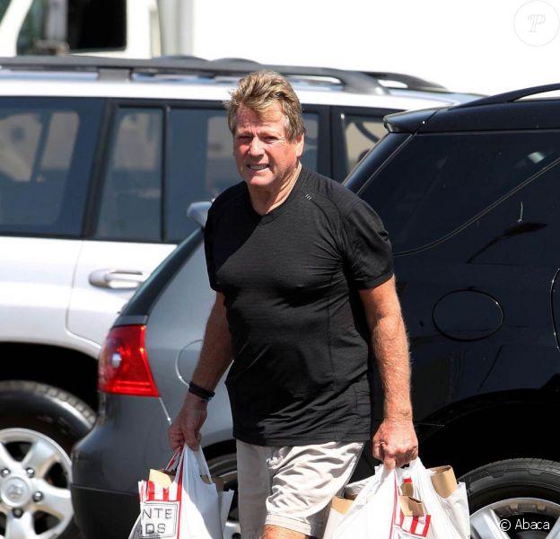 Ryan O'Neal sort du supermarché seul à Los Angeles le 15 septembre 2009