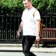 Exclusif - Le chanteur britannique Sam Smith quitte un bar londonien pour rejoindre des amis et se promener avec eux dans le quartier de Primrose Hill, le 3 août 2020.