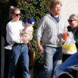 Exclusif - Kirsten Dunst, son compagnon Jesse Plemons et leur fils Ennis Howard Plemons font des courses à Los Angeles, le 31 octobre 2019.
