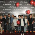 Maxime Godart entouré d'adorables camarades lors de la première du Petit Nicolas le 20 septembre 2009 à Paris