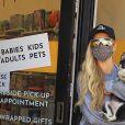 Paris Hilton fait du shopping avec son petit chien dans le quartier de Hollywood à Los Angeles pendant l'épidémie de coronavirus (Covid-19), le 25 août 2020