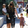 """Chrissy Teigen enceinte est allée faire du shopping avec ses enfants Miles et Luna à Melrose Place dans le quartier de West Hollywood à Los Angeles pendant l'épidémie de coronavirus (Covid-19). Sa mère Vilailuck Teigen les accompagne. Chrissy Teigen annonce qu'elle est enceinte de son 3ème enfant dans le clip vidéo """" Wild """" de son mari J. Legend. Le 13 août 2020"""