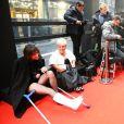 """Charlotte Gainsbourg (avec une attelle au pied droit et des béquilles) et Mimie Mathy - Tournage de la série """" Dix Pour Cent """" lors de la 45e cérémonie des César à la salle Pleyel à Paris, le 28 février 2020. © Dominique Jacovides/Olivier Borde/Bestimage"""
