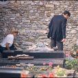Alain Delon et Mireille Darc sur la tombe de Romy Schneider à Boissy-sans-Avoir dans les Yvelines, en 1982.