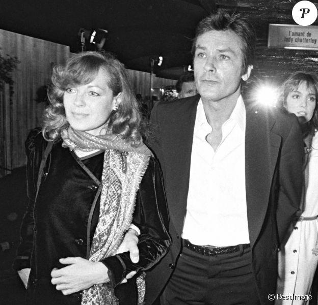 """Alain Delon, Romy Schneider, Anne Parillaud, Mireille Darc et Anthony Delon à la première du film """"Pour la peau d'un flic"""" en 1981."""