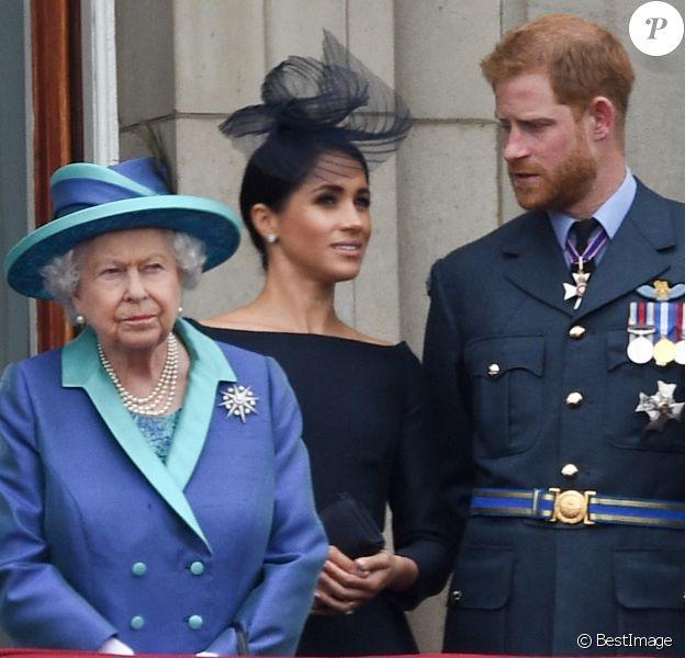 La reine Elisabeth II d'Angleterre, Meghan Markle, duchesse de Sussex (habillée en Dior Haute Couture par Maria Grazia Chiuri), le prince Harry, duc de Sussex - La famille royale d'Angleterre lors de la parade aérienne de la RAF pour le centième anniversaire au palais de Buckingham à Londres. 2018