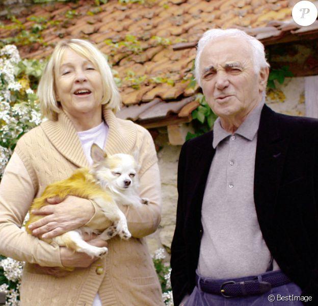 Exclusif- Charles Aznavour dans sa maison dans les Yvelines avec sa femme Ulla et les chiens Tango et Misty