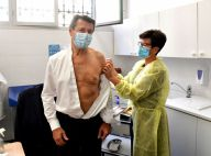 Christian Estrosi fait tomber la chemise pour se faire vacciner