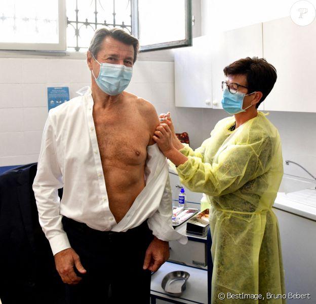 """Christian Estrosi, le maire de Nice, a lancé la campagne de vaccination contre la grippe à Nice, dans l'un des quatre centres de vaccination de la ville, le 12 octobre 2020. Portée par la Ville de Nice depuis 2015, l'opération """"Vacci'Nice"""" fédère et mobilise une vingtaine d'acteurs de la vaccination privés et publics, dont la Caisse primaire d'Assurance Maladie et de nombreuses mutuelles. Elle vise à inciter le grand public et les professionnels de santé à faire le point sur la vaccination, à promouvoir l'accès à la vaccination à tous les âges de la vie et ainsi contribuer à réduire les inégalités dans l'accès à la santé. © Bruno Bebert / BestImage"""