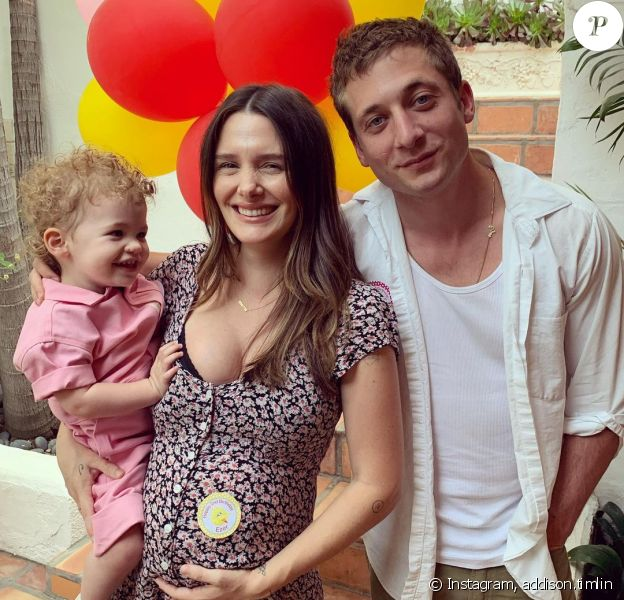 Addison Timlin, enceinte, pose avec sa fille et son mari Jeremy Allen White sur Instagram.