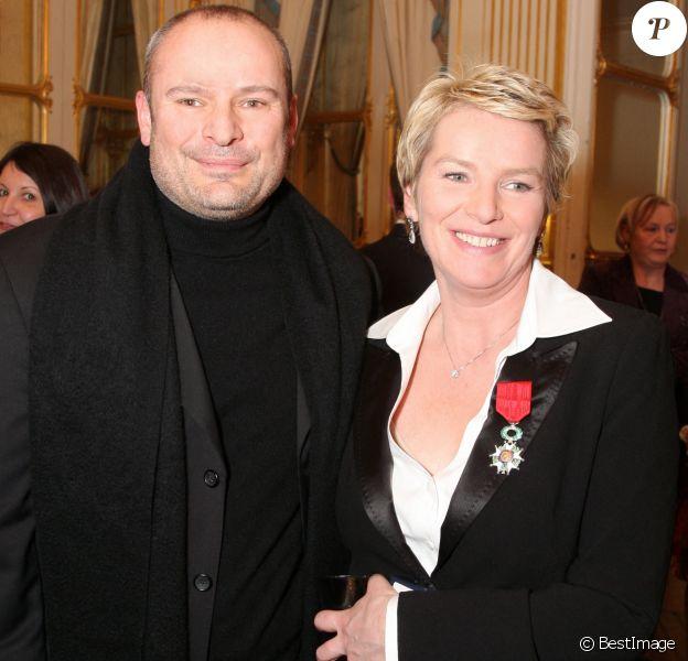 Elise Lucet et son mari Martin Bourgeois - Cérémonie de remise des insignes de chevalier de l'ordre national de la légion d'honneur au Ministère de la Culture.