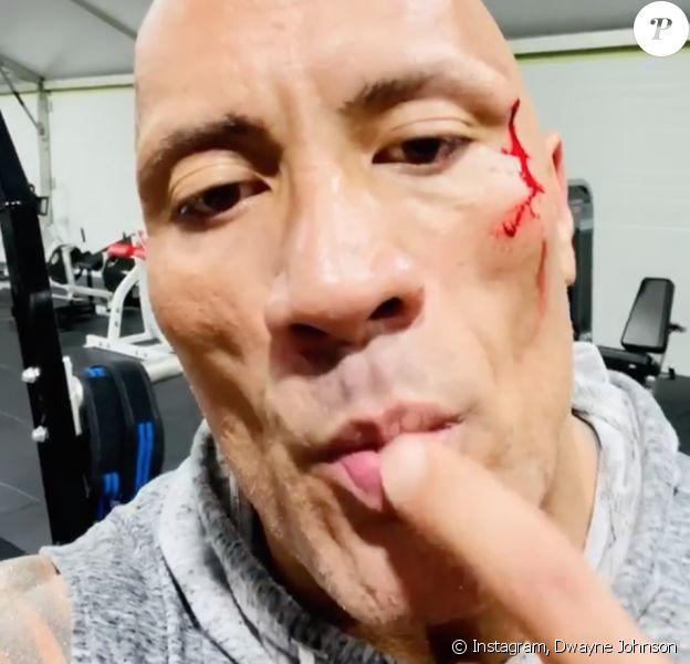 Dwayne Johnson, blessé à l'arcade sourcillière lors d'une séance de sport, goute son propre sang.