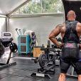 Dwayne Johnson en pleine séance de musculation. Septembre 2020.