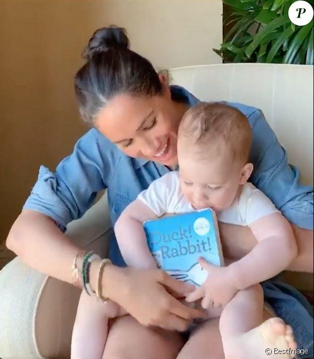 """Meghan Markle, duchesse de Sussex, lit l'histoire """"Duck ! Rabbit ! """" à son fils Archie à l'occasion de son 1er anniversaire pour le compte Instagram de l'ONG """"Save The Children"""". A la fin de la séquence, l'association fait un appel aux dons pour aider les familles les plus démunies face à la pandémie du coronavirus (Covid-19). Los Angeles. Le 6 mai 2020."""