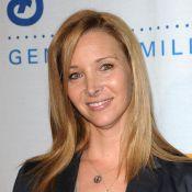 """Lisa Kudrow de Friends : l'interprète de Phoebe Buffay a chanté... """"Tu pues le chat"""" sur scène !"""