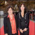 Eric Serra et son épouse arrivent à l'Université Descartes, à Paris, pour la présentation du clip  Beds are burning . 1/10/09