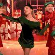 """Ariana Grande dans le clip de la chanson """"Oh Santa!"""" de Mariah Carey et avec Jennifer Hudson."""