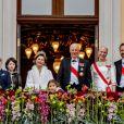 La princesse Ingrid Alexandra, la princesse Emma Tallulah Behn, le prince Sverre Magnus, la princesse Maud Angelica Behn, la reine Sonja, la princesse Leah Isadora Behn, le roi Harald V, la princesse Mette-Marit, le prince Haakon, la princesse Märtha Louise au balcon du palais lors du 80e anniversaire du roi Harald et de la reine Sonja de Norvège à Oslo, le 9 mai 2017.