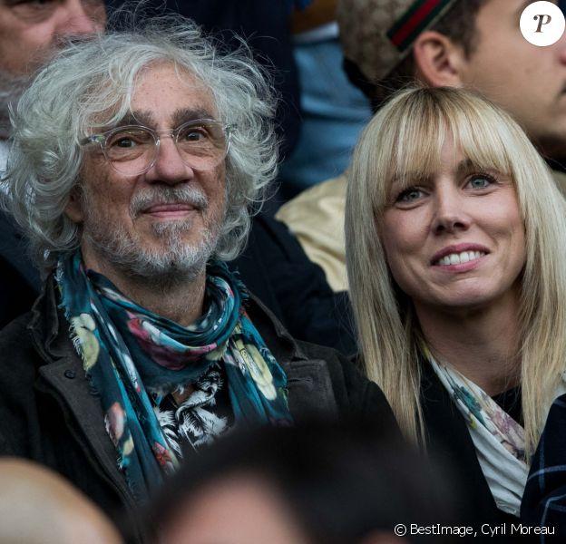 """Louis Bertignac avec sa femme Julie Delafosse et leur fils Jack dans les tribunes lors du match de Ligue 1 """"PSG - Angers (4-0)"""" au Parc des Princes à Paris. © Cyril Moreau/Bestimage"""