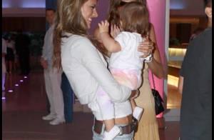 Le top Alessandra Ambrosio et son adorable petite fille nous offrent leurs plus beaux sourires... C'est trop beau !