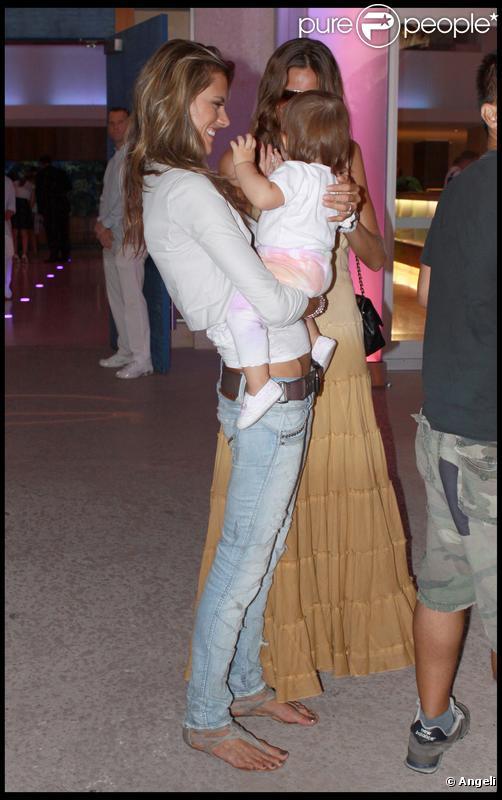 Le top Alessandra Ambrosio et son bébé à Miami le 7 octobre 2009