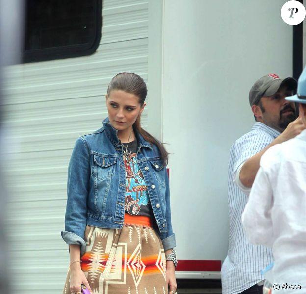 Mischa Barton prend une pause sur le tournage auprès de ses chiens à New-York le 23 septembre 2009