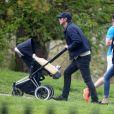 Exclusif - Josh Hartnett et sa compagne Tasmin Egerton (enceinte) se promènent à Primrose Hill à Londres. Le 23 avril 2017. © CPA / Bestimage