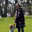 Exclusif - Josh Hartnett et sa compagne Tamsin Egerton (enceinte) se baladent avec leur fille dans un parc à Londres. Le couple attend leur deuxième enfant. Le 14 avril 2017.