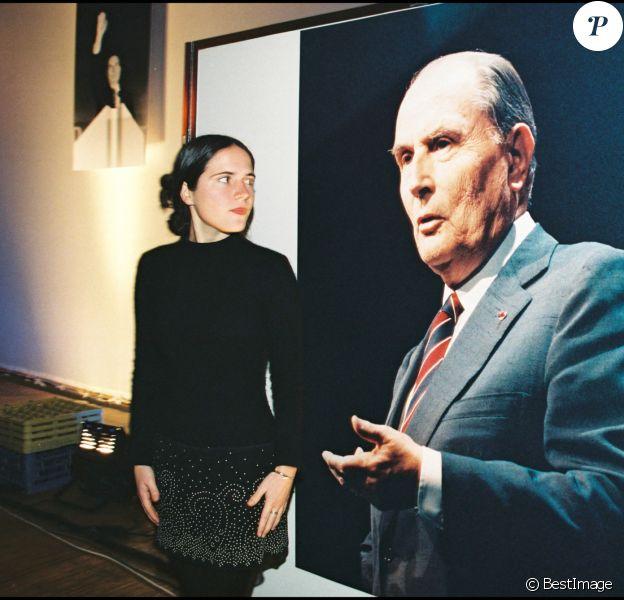Mazarine Pingeot pose devant une affiche de son père François Mitterrand.